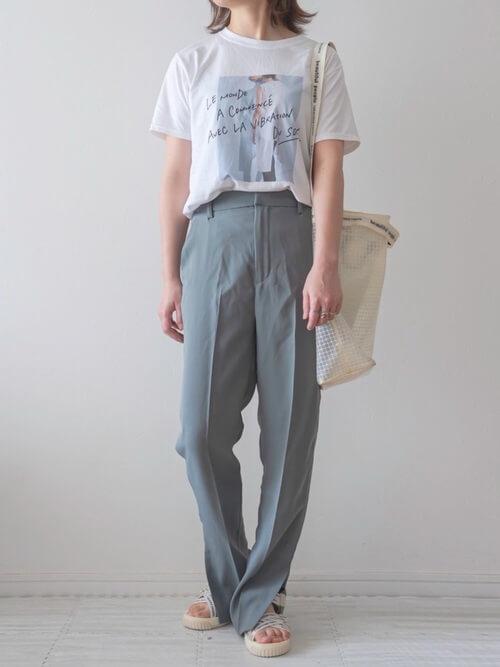 スポーツサンダル×白のロゴTシャツ×ブルーのパンツ×白のトートバッグ