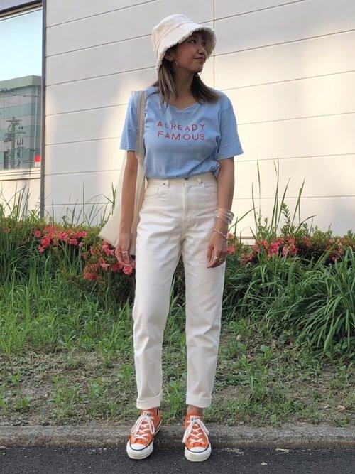 アイブルーのロゴTシャツ×白のデニムパンツ×オレンジのスニーカー