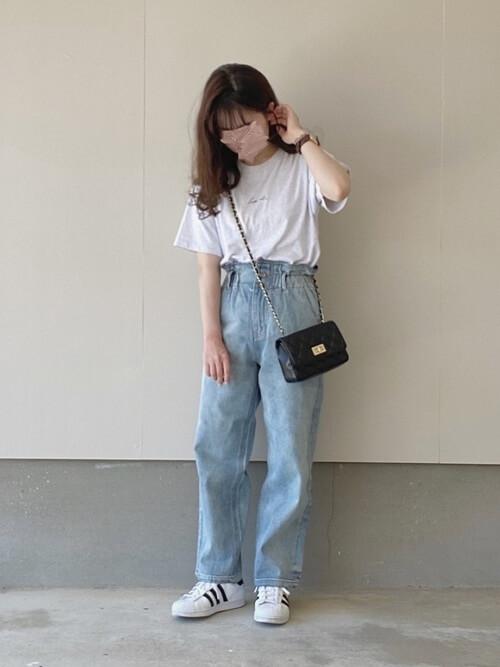 白のロゴTシャツ×デニムパンツ×白のスニーカー×黒のミニショルダーバッグ