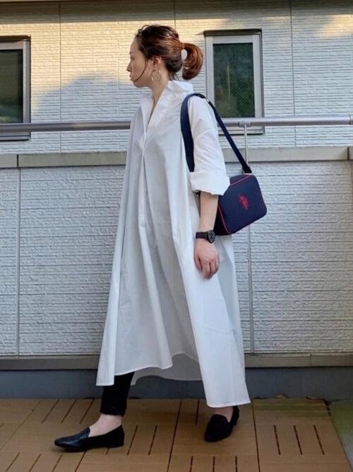guのスキニーパンツ×白のシャツワンピ×黒のパンプス×ネイビーのショルダーバッグ
