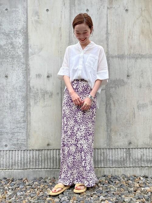 アイランドスリッパ×白のシャツ×花柄のスカート