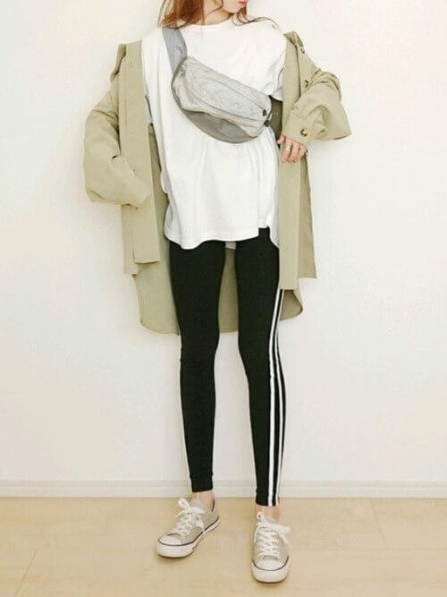 サイドラインパンツ×グリーンのジャケット×白のカットソー×ベージュのスニーカー×ショルダーバッグ