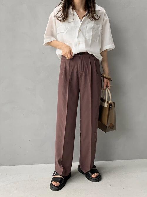 クリアバッグ×白のオープンカラーシャツ×ブラウンのパンツ×黒のサンダル