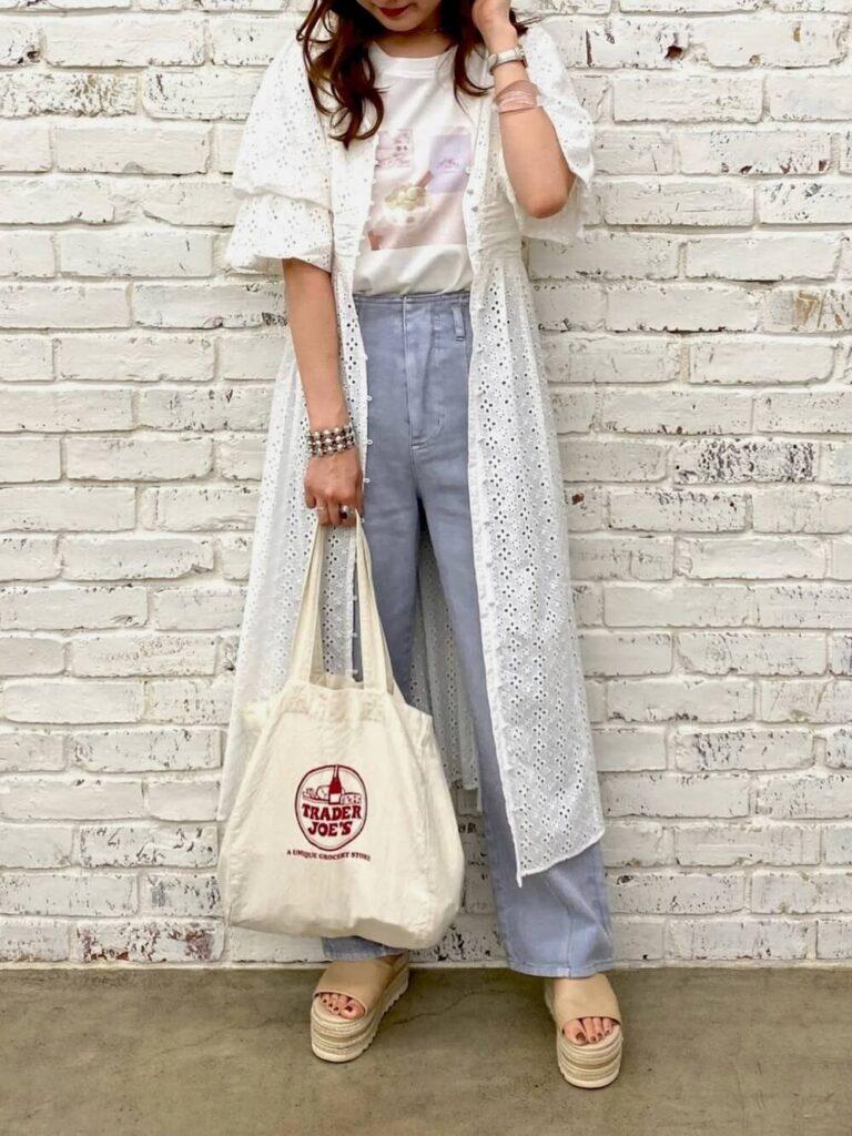 Tシャツ×デニムパンツ×サンダル×サマーガウンのレディースコーデ