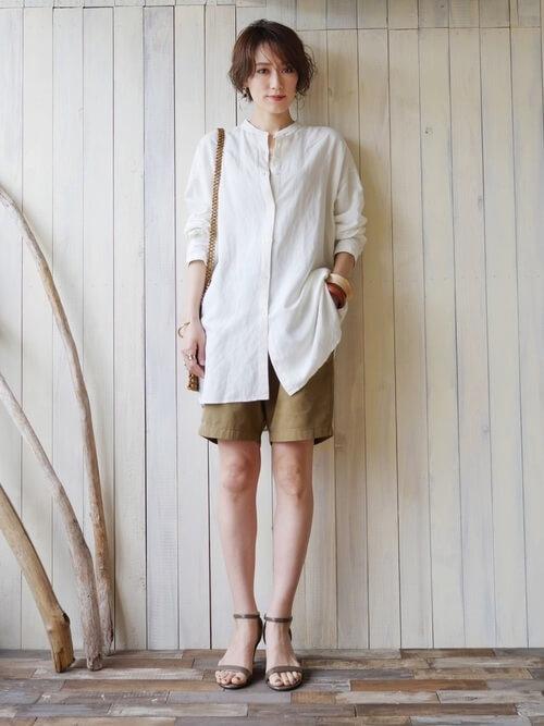 ブラウンのショートパンツ×白のバンドカラーシャツ×ベージュのサンダル