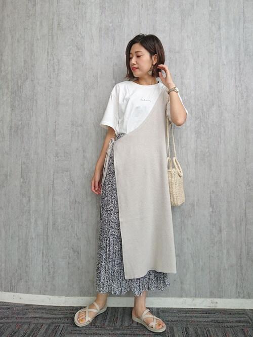 ワンショルダーワンピース×白のロゴTシャツ×花柄スカート×サンダル