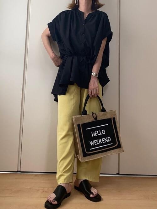 スキッパーシャツ×イエローのパンツ×黒のトングサンダル×トートバッグ