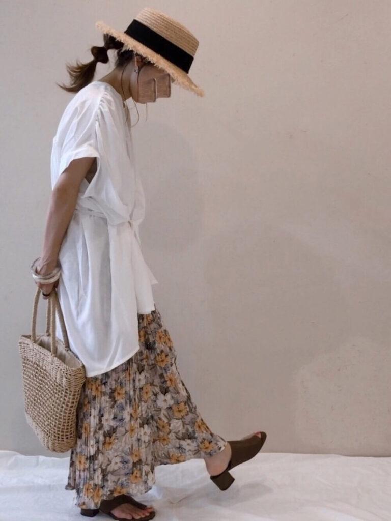 花柄プリーツスカート×サンダル×スキッパーシャツのレディースコーデ