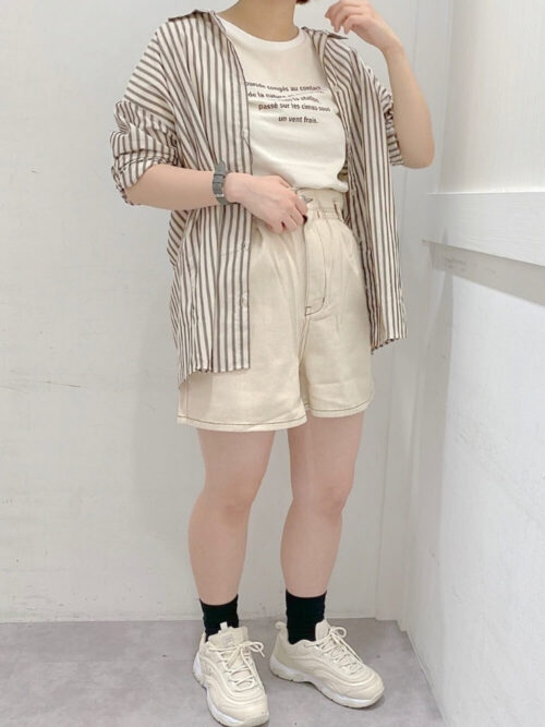 白のキュロット×ストライプシャツ×白のロゴTシャツ×白のスニーカー