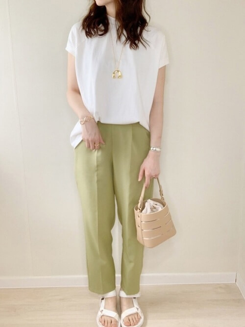 スポーツサンダル×白のTシャツ×グリーンのスラックス×ベージュのバッグ
