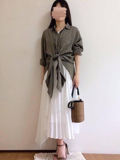 グリーンのリネンシャツ×白のタンクトップ×白のプリーツスカート×ベージュのサンダル
