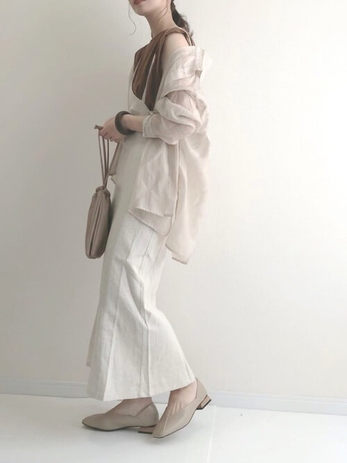 白のアシメキャミワンピース×ブラウンのノースリーブトップス×ベージュのシアーシャツ