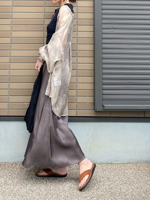 アイランドスリッパ×ベージュのシアーシャツ×黒のタンクトップ×ブラウンのスカート