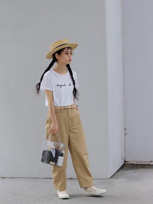 クリアバッグ×白のTシャツ×ベージュのチノパンツ×白のスニーカー