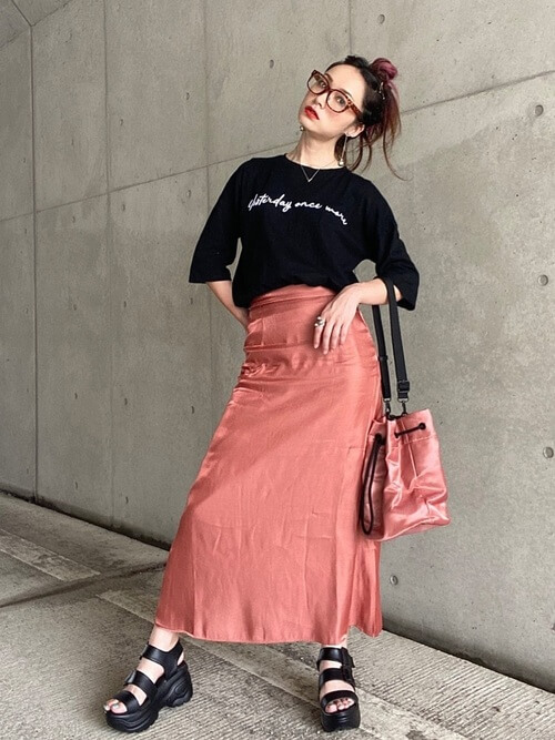 黒のロゴTシャツ×オレンジのスカート×黒のサンダル×ピンクのバッグ