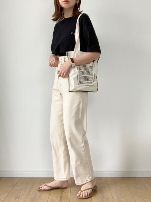 黒のロゴTシャツ×白のデニムパンツ×ベージュのサンダル×白のトートバッグ