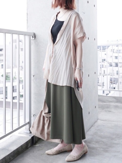 ベージュのリネンシャツ×黒のタンクトップ×グリーンのスカート×ベージュのパンプス