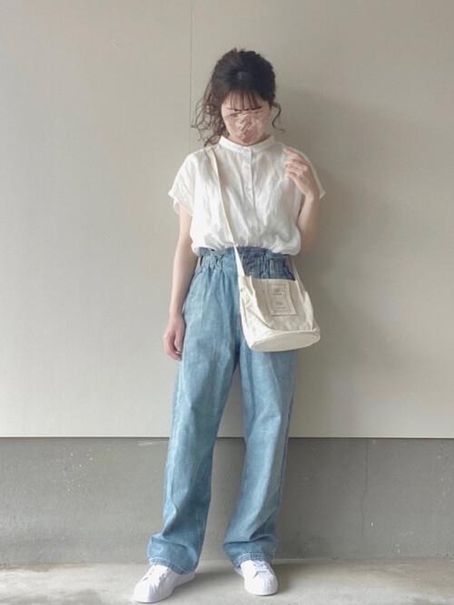 白の半袖シアーシャツ×デニムパンツ×白のスニーカー×白のショルダーバッグ
