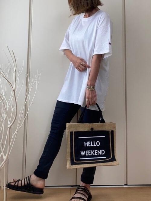 guのスキニーパンツ×白のTシャツ×黒のサンダル×ベージュのバッグ