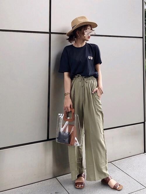 クリアバッグ×黒のTシャツ×カーキのワイドパンツ×ブラウンのサンダル