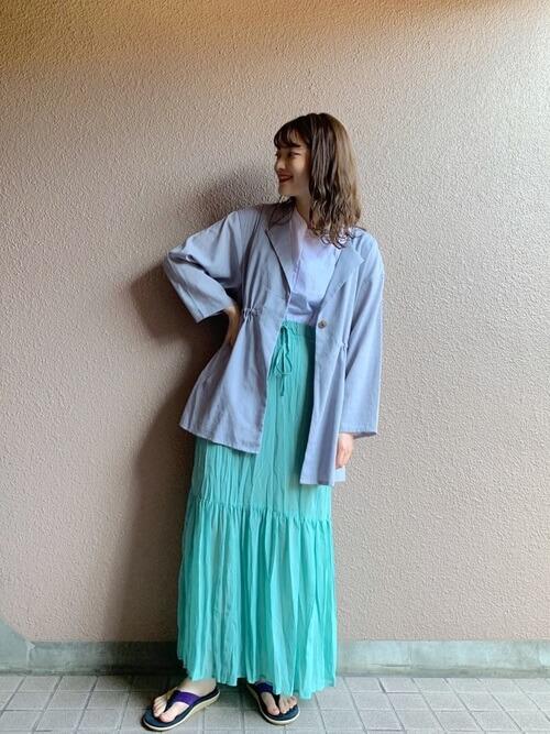 アイランドスリッパ×パープルのジャケット×パープルのTシャツ×グリーンのティアードスカート