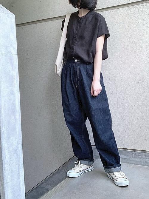 黒のリネンシャツ×デニムパンツ×白のスニーカー