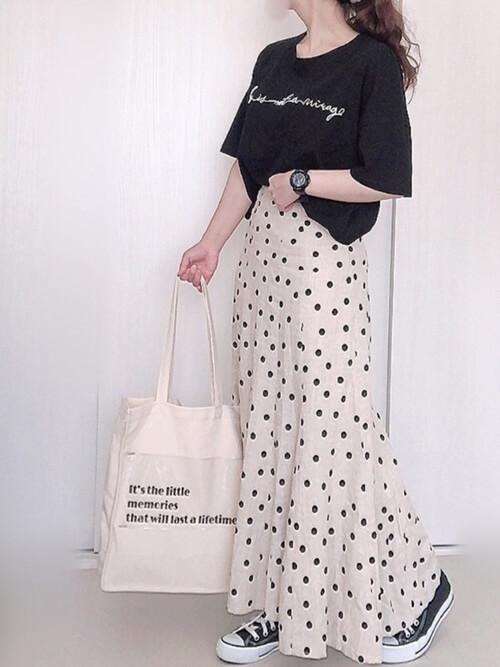 黒のロゴTシャツ×白のドット柄のスカート×黒のスニーカー×白のトートバッグ