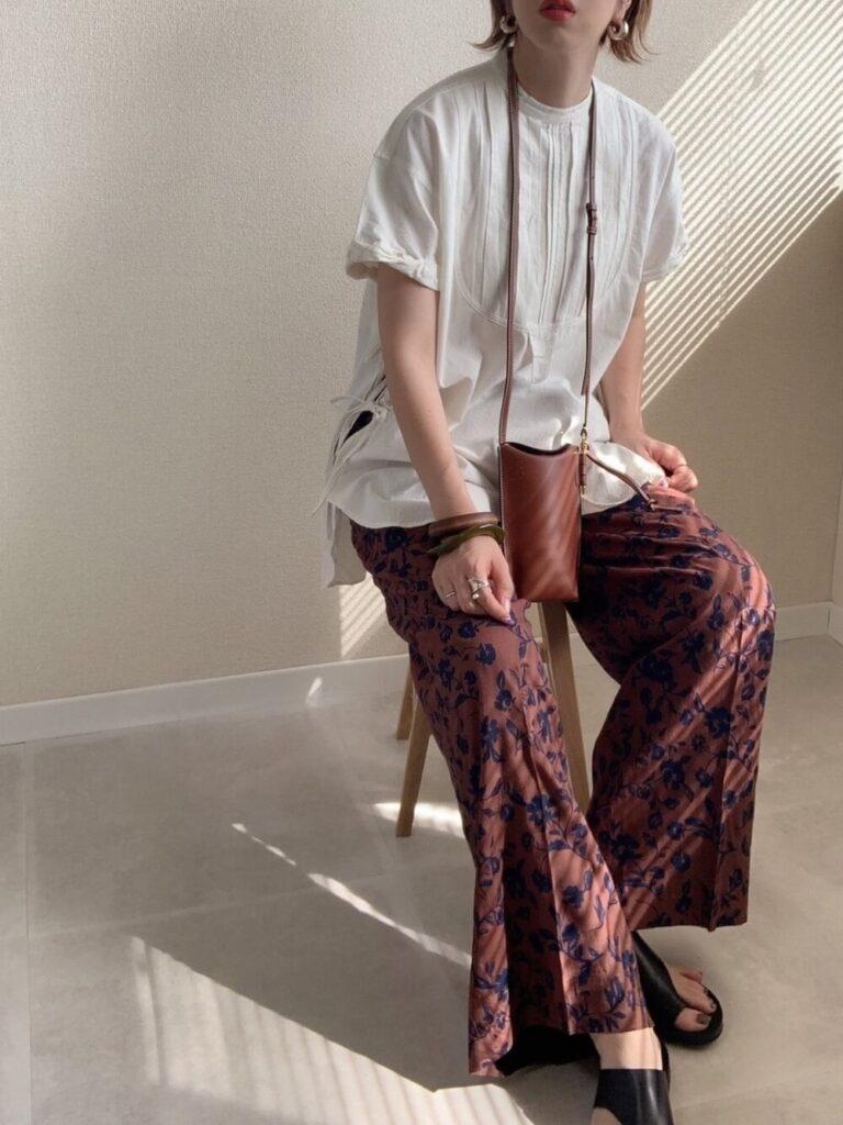 トロピカル柄パンツ×ドレスシャツ×サンダル