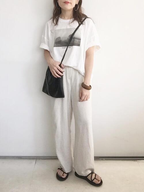 スポーツサンダル×白のフォトTシャツ×白のパンツ×黒のショルダーバッグ