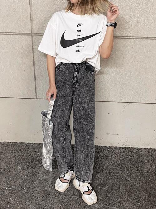 白のロゴTシャツ×黒のデニムパンツ×白のサンダル×シルバーのトートバッグ