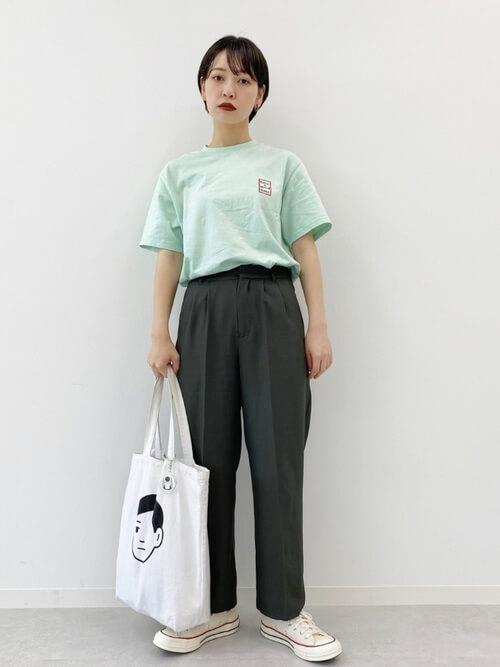 グリーンのロゴTシャツ×グリーンのパンツ×白のスニーカー