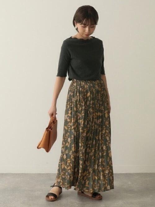 黒のメローTシャツ×ロングの花柄スカート×黒のサンダル