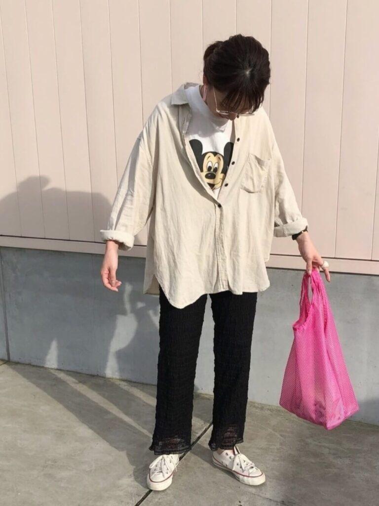 キャラTシャツ×ベージュのシャツ×黒のレースパンツ×スニーカー