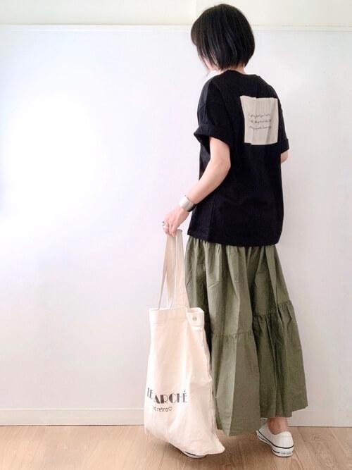 黒のロゴTシャツ×グリーンのティアードスカート×白のスニーカー×白のトートバッグ