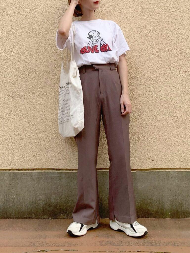 キャラTシャツ×ブラウンのスラックス×スニーカー