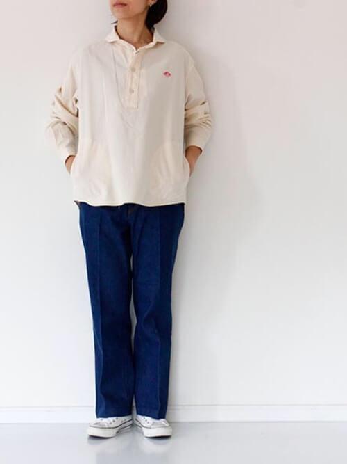 プルオーバーシャツ×デニムパンツ×白のスニーカー