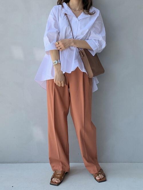 スキッパーシャツ×オレンジのパンツ×ブラウンのサンダル×ベージュのショルダーバッグ