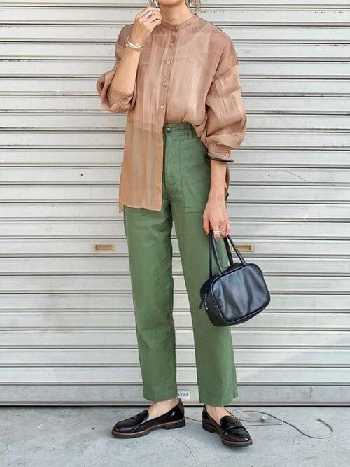 ブラウンのシアーシャツ×グリーンのパンツ×黒のローファー×黒のバッグ