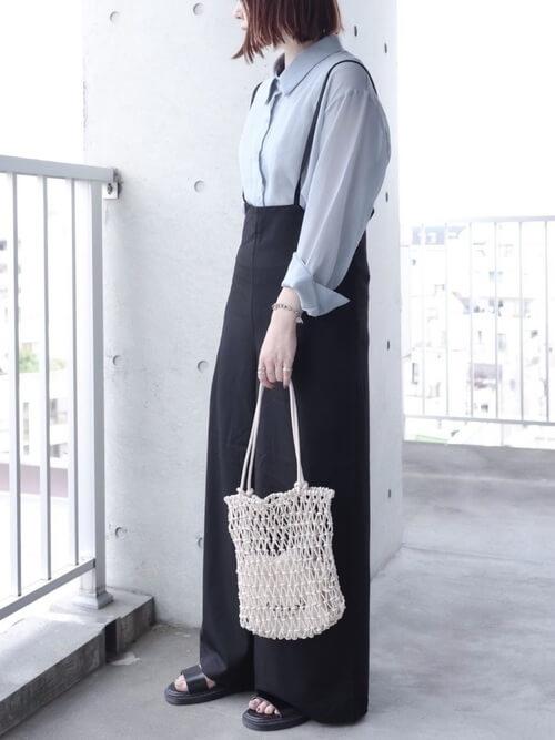 グルカサンダル×黒のサロペット×ブルーのシャツ×ネットバッグ