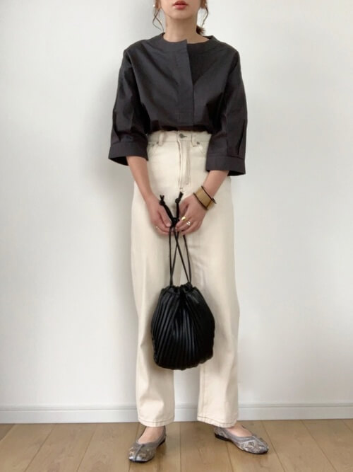 スキッパーシャツ×白のデニムパンツ×グレーのパンプス×黒のプリーツバッグ