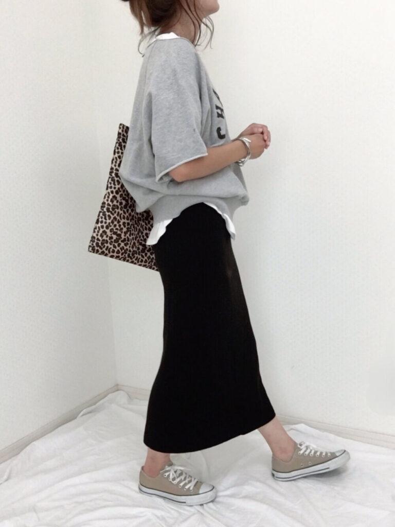 スウェットTシャツ×白のタンクトップ×黒のリブスカート×スニーカー