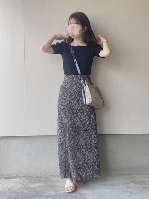 クリアバッグ×黒のTシャツ×黒の花柄スカート×クリアサンダル