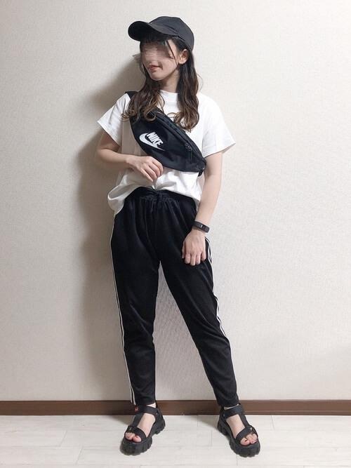 サイドラインパンツ×白のTシャツ×黒のスポーツサンダル×ショルダーバッグ×キャップ