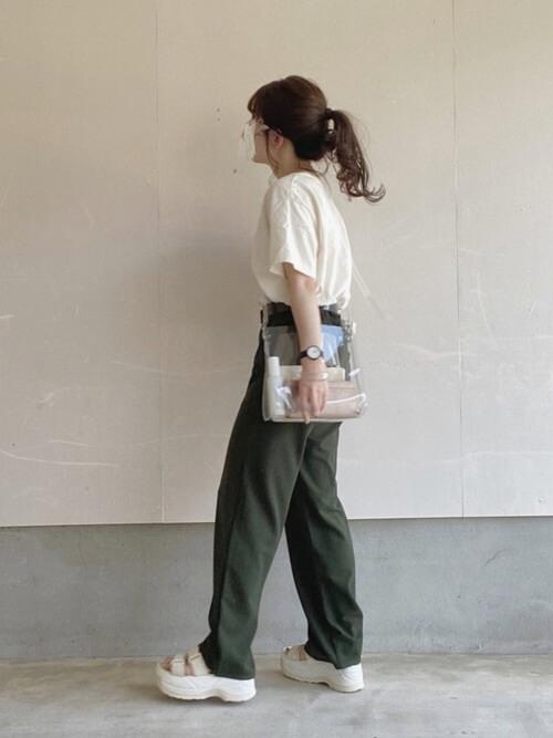 クリアバッグ×白のTシャツ×グリーンのパンツ×白のサンダル