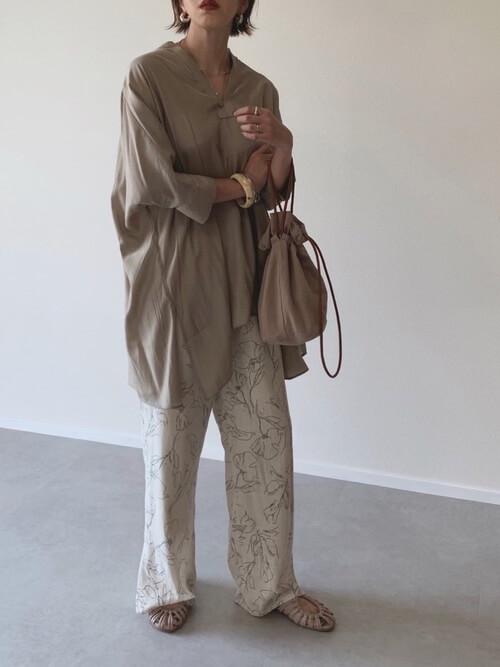 スキッパーシャツ×花柄パンツ×ベージュのサンダル×ベージュのバッグ
