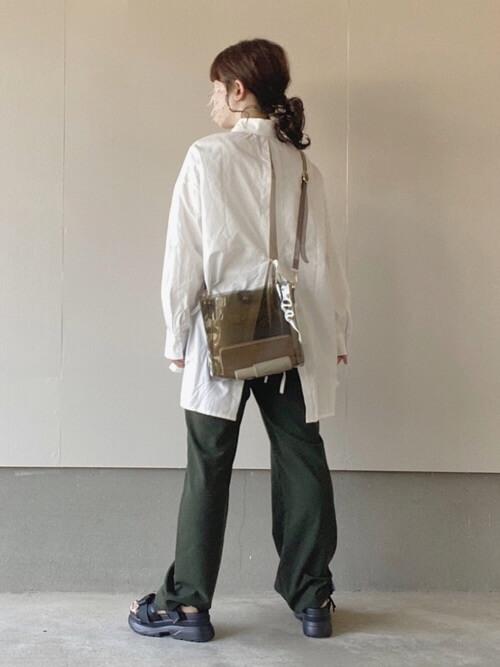 クリアバッグ×白のシャツ×グリーンのパンツ×黒のサンダル