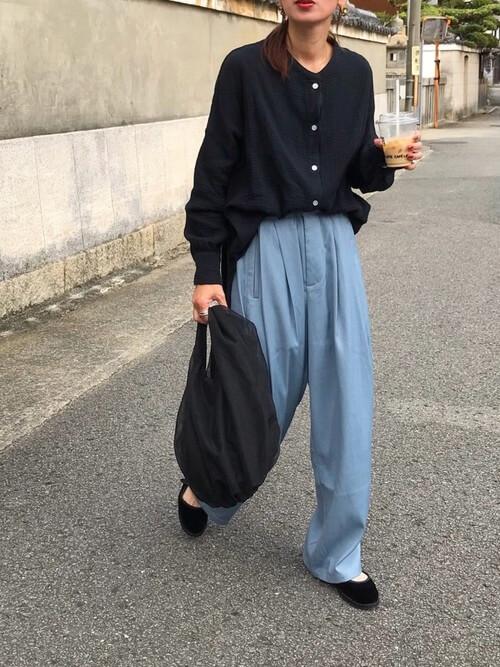 バンドカラーシャツ×青のタックパンツ×黒の靴×黒のバッグ