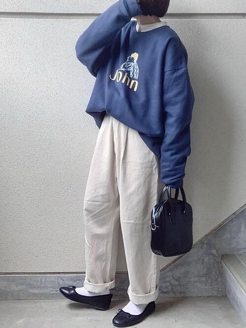 バンドカラーシャツ×青のロゴトレーナー×白のパンツ×黒のバレエシューズ×黒のバッグ