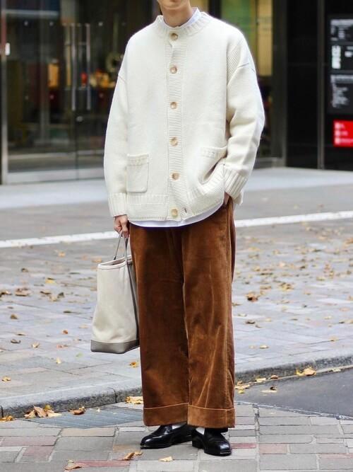 バンドカラーシャツ×白のニットカーディガン×ブラウンのコーデュロイパンツ×黒のブーツ