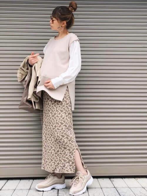 リーボックのハイテクスニーカー×白のシャツ×ベージュのニット×レオパード柄のスカート